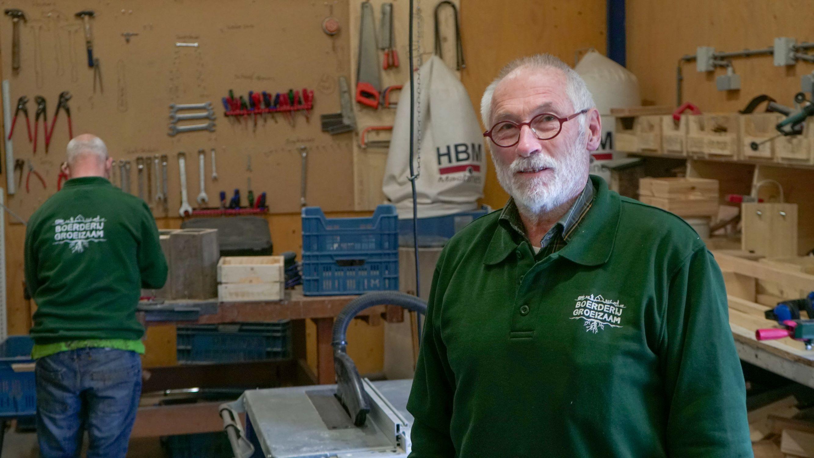 Vrijwilliger Hans bij Zorgboerderij GroeiZaam bij houtbewerking