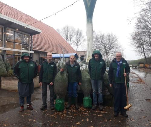 De kerstbomenverkoop is weer begonnen, zorgboer Marc met deelnemers Henri, Joop, Harry en Jan.