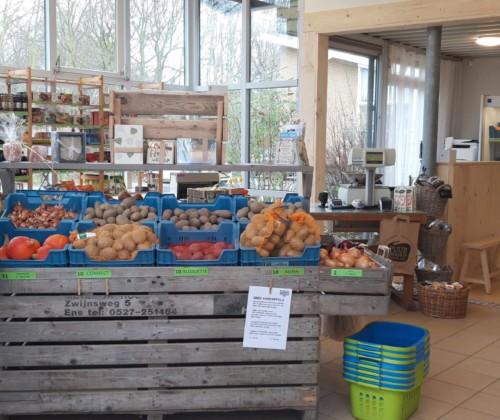 """Martijn is trots op """"zijn"""" nieuwe verbouwde bioloigsche winkel. 30 januari komt wethouder Wijnants de winkel heropenen."""